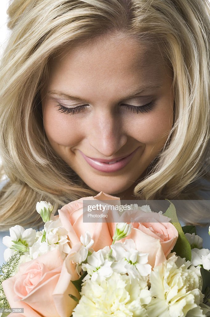 Young woman smelling a bouquet of flowers : Foto de stock