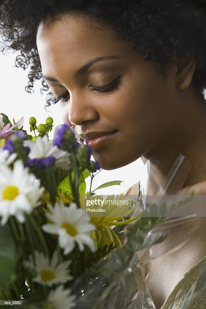 Young woman smelling flowers : Foto de stock