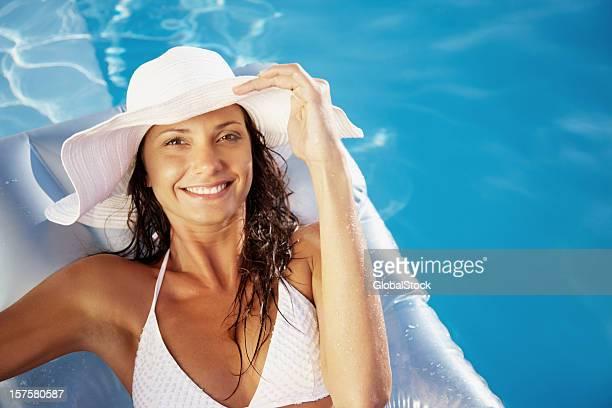 Junge Frau lächelnd und entspannt auf aufblasbare Floß