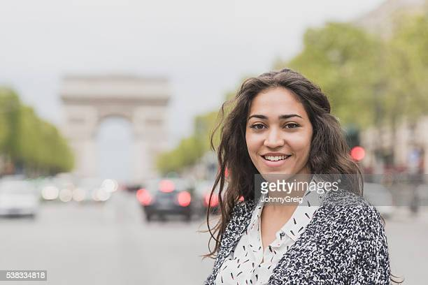 Jeune femme souriant à la caméra, Paris, France
