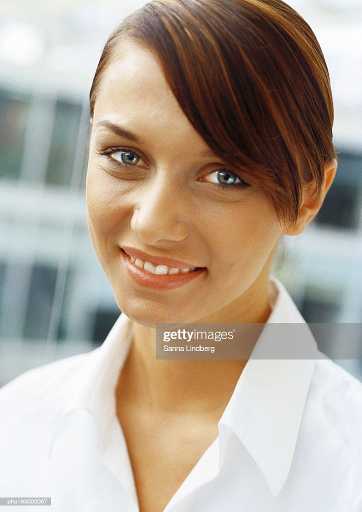Young woman smiling at camera, portrait. : Stockfoto