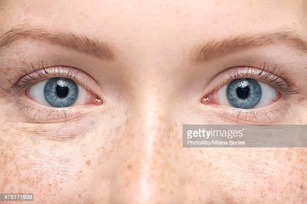 young woman smiling, close-up portrait - olhos azuis - fotografias e filmes do acervo