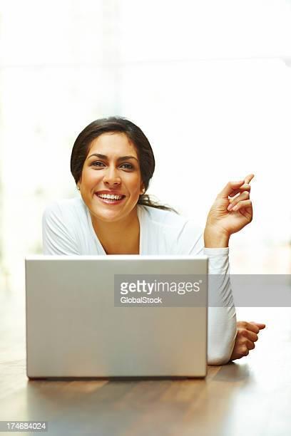 笑う若い女性の前に、ノートパソコンや身ぶり