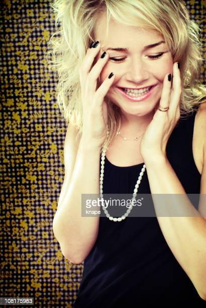 笑う若い女性 - 黒のネイル ストックフォトと画像