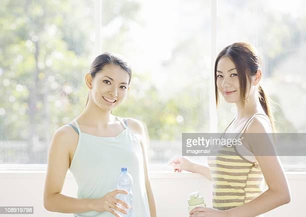 young woman smiling - cami fotografías e imágenes de stock