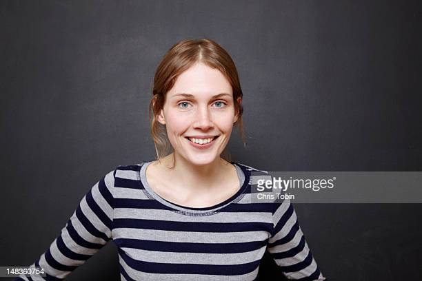 young woman smiling - jeunes femmes photos et images de collection