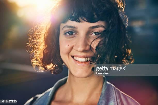 young woman smiling - sorriso aberto - fotografias e filmes do acervo