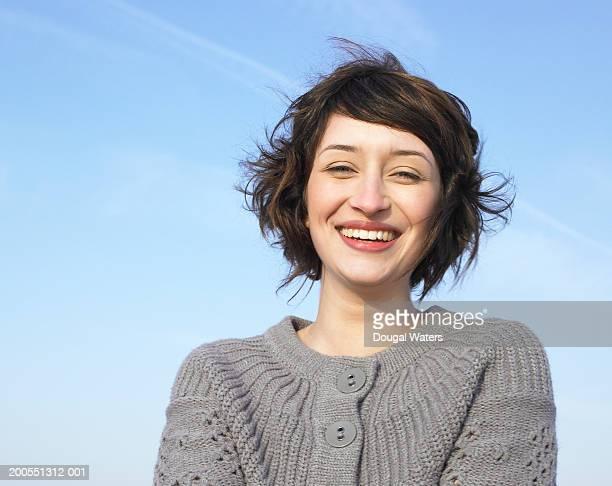 young woman smiling, portrait, close-up - só uma mulher jovem imagens e fotografias de stock