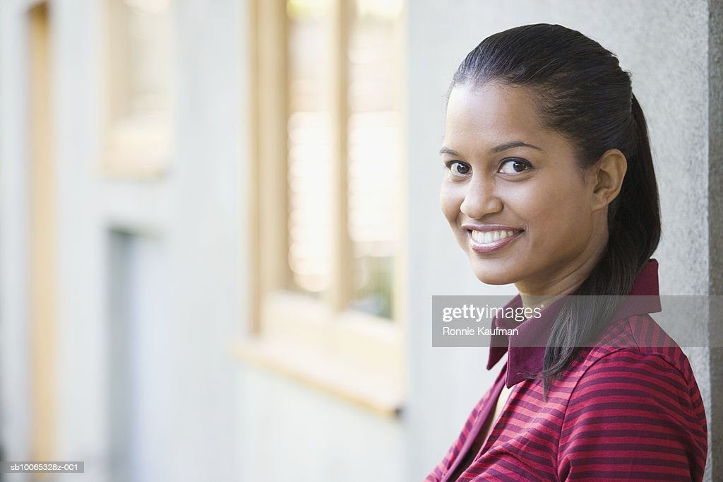 Young woman smiling, portrait, close-up : Foto stock