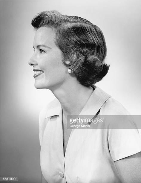 giovane donna sorridente e in posa in studio (b & w), primo piano - donna mezzo busto bianco e nero foto e immagini stock