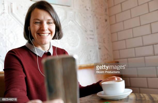 young woman smiling using a smart phone - top vergadering stockfoto's en -beelden