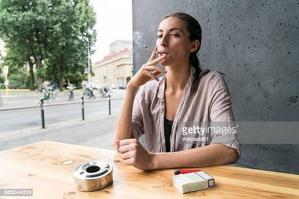 young woman smoking - schlechte angewohnheit stock-fotos und bilder