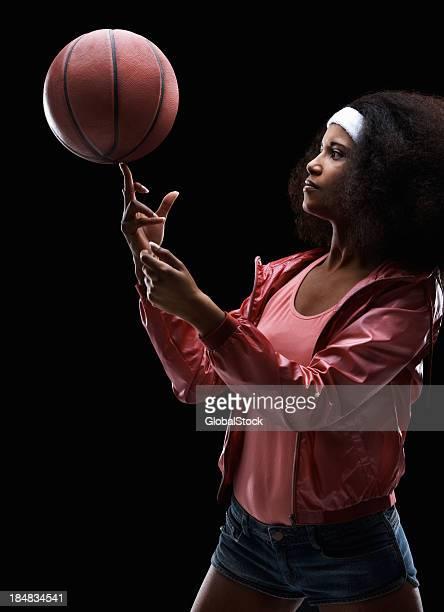 Junge Frau spinning-basketball