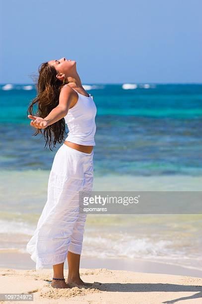 Jeune femme debout et de faire de l'exercice de Relaxation sur la plage