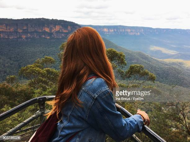 young woman standing at observation point against landscape - great dividing range stock-fotos und bilder