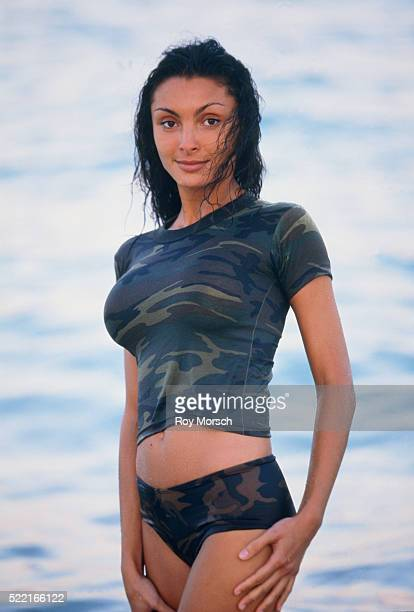 young woman standing at the sea - wet t shirts - fotografias e filmes do acervo