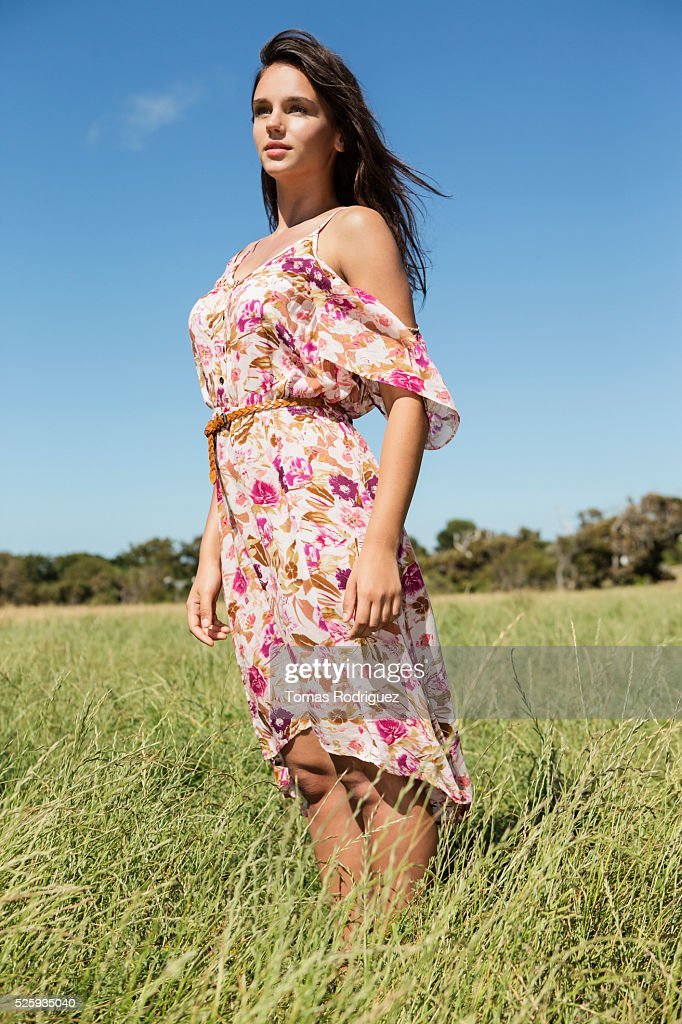 Young woman standing in field : Foto stock