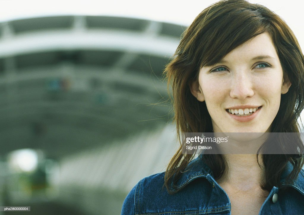 Young woman standing in front of tunnel : Stockfoto