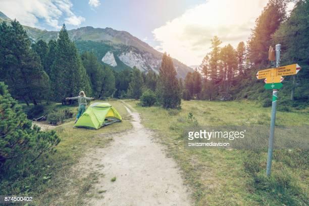 Junge Frau in der Nähe von Zelt ausgestreckten, Schweiz
