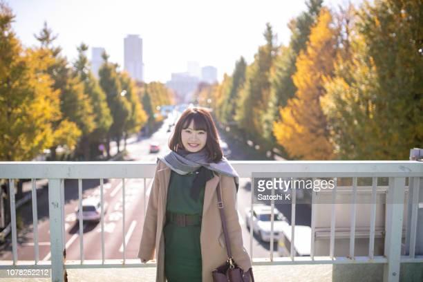 pedestorian デッキに立っている若い女性 - 歩道橋 ストックフォトと画像
