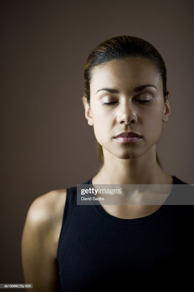 Young woman standing with eyes closed, close-up : Stockfoto