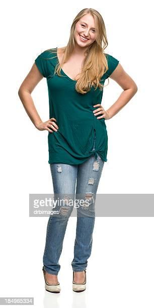 Jeune femme debout avec les mains sur les hanches