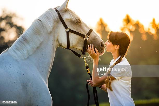 mujer joven con caballos - 1 woman 1 horse fotografías e imágenes de stock