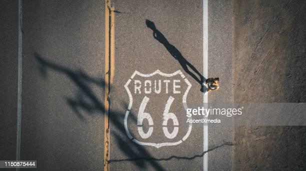 junge frau steht auf route 66 - route 66 stock-fotos und bilder