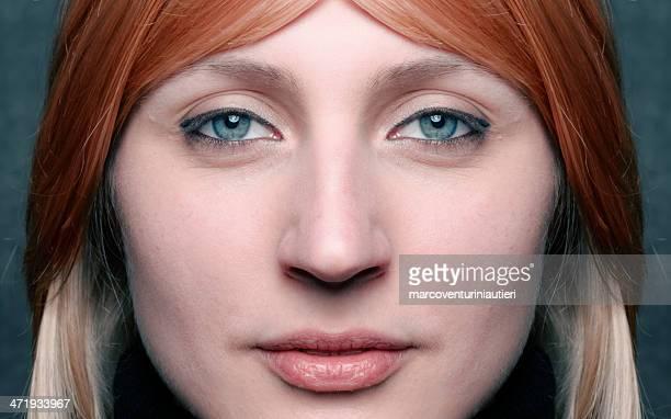 Giovane donna guardare fisso nella telecamera hypnotically