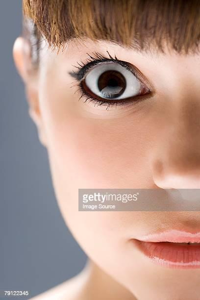 Mujer joven Mirando Fijamente