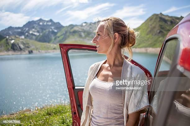 Junge Frau Treten Sie ein und genießen Sie die Landschaft – Sommer