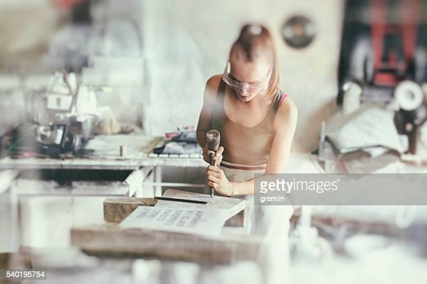 junge frau steinmetz in ihren workshop - bildhauer stock-fotos und bilder