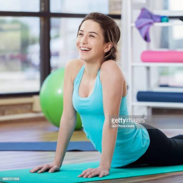 jeune femme s'étend des abdominaux pendant les exercices au sol - gymnastique au sol photos et images de collection