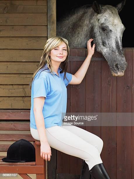 Jeune femme caresser horse