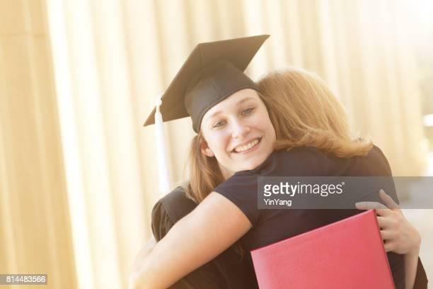 Jonge vrouw Student afstuderen knuffelen familie en moeder