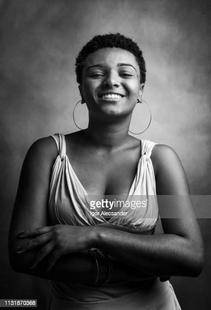 young woman studio portrait - donna mezzo busto bianco e nero foto e immagini stock