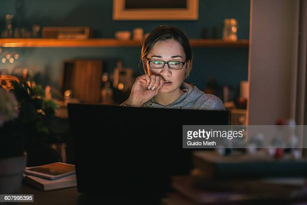young woman surfing the web. - concentratie stockfoto's en -beelden
