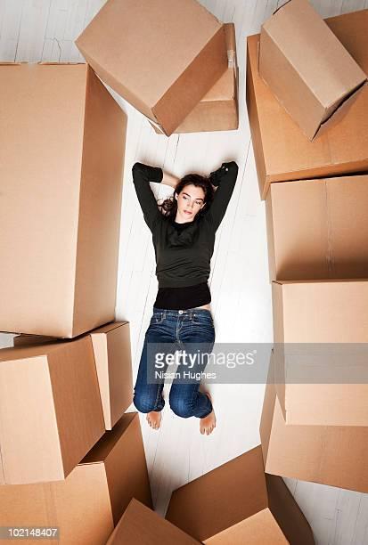 young woman surrounded by boxes - deitado de costas - fotografias e filmes do acervo