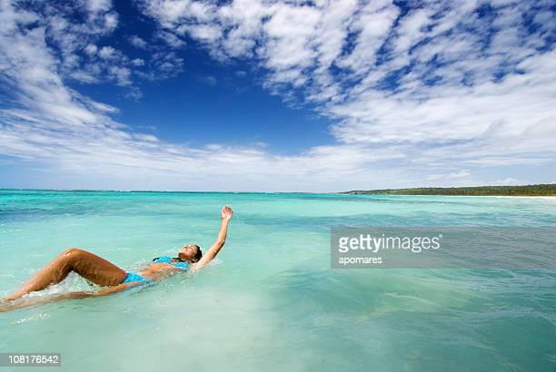 mujer joven atrás en la piscina tropical al mar - espalda chica morena playa fotografías e imágenes de stock