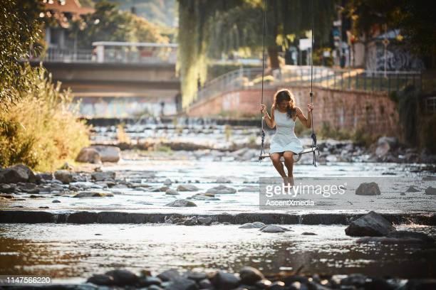 若い女性が流れに揺れる - フライブルク・イム・ブライスガウ ストックフォトと画像
