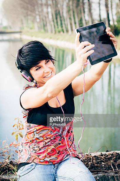 young woman take picture and using headphones - pjphoto69 個照片及圖片檔