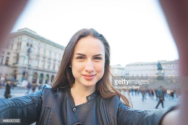 Joven mujer tomando un autorretrato