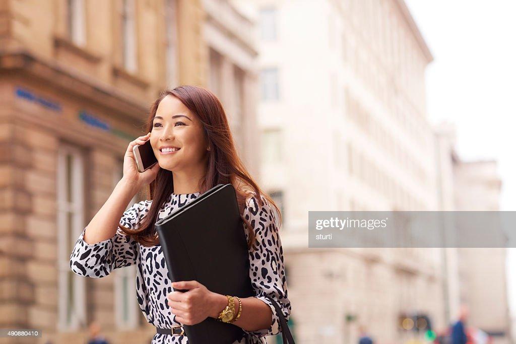 Junge Frau, die Ihr Lebenslauf zu der Stadt : Stock-Foto