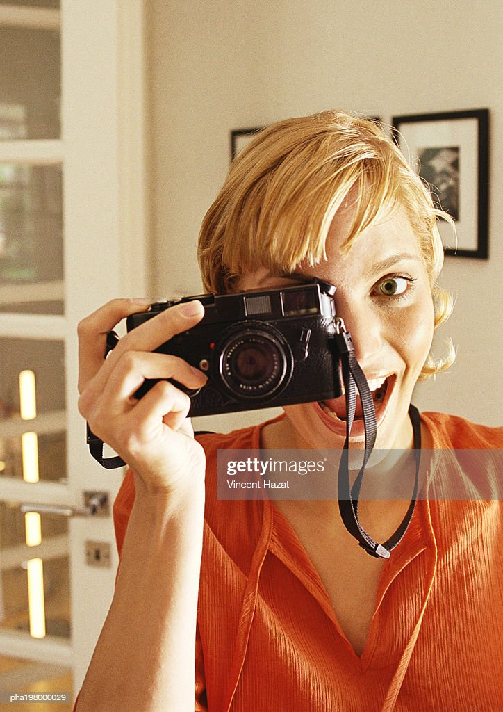 Young woman taking photo, head and shoulders : Stockfoto