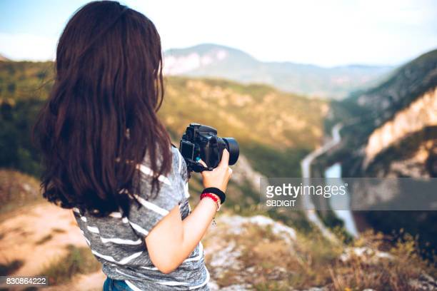 Foto de mujer joven toma en las montañas