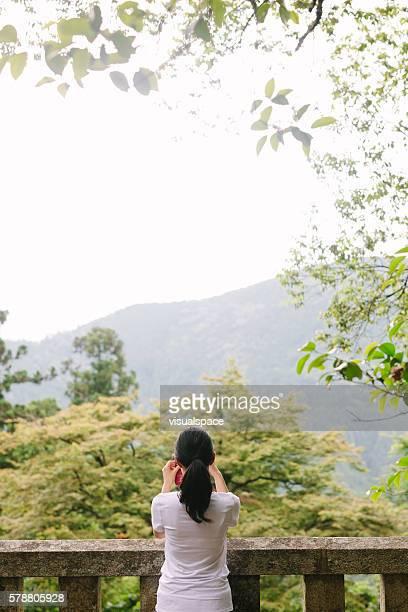 若い女性自然の写真を撮る