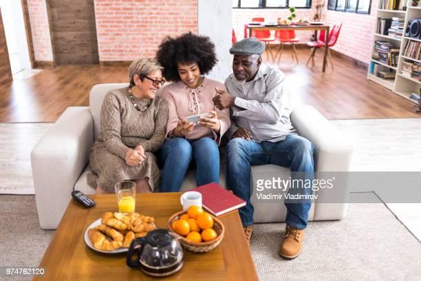 Jonge vrouw selfie thuis met haar ouders