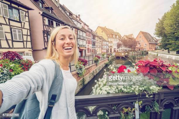 jovem mulher tomando selfie no la petite venise, colmar, alsácia, frança - colmar - fotografias e filmes do acervo
