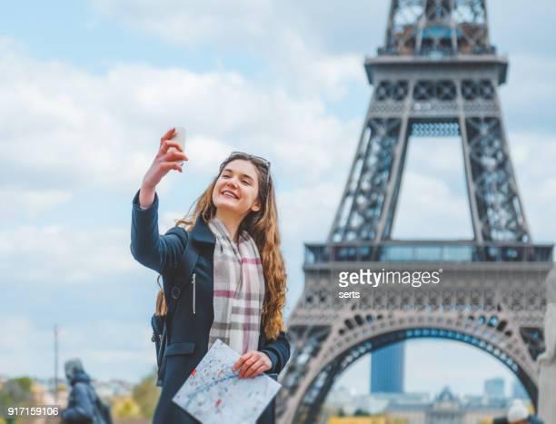 jovem mulher tomando selfie com smartphone - paris - fotografias e filmes do acervo