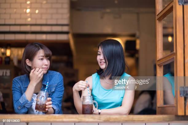 カフェで話している若い女性